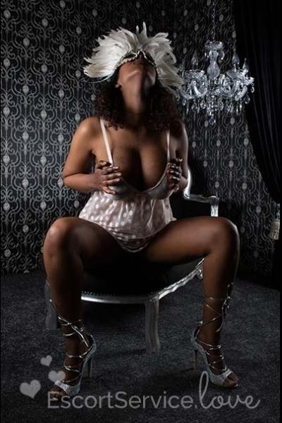 Escort dame Nicole met mooie volle borsten